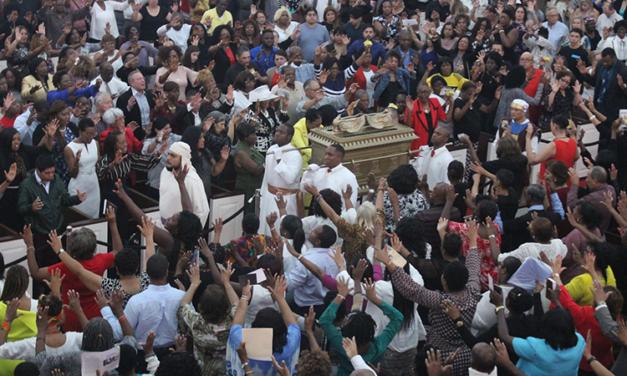 A entrada triunfal da Arca da Aliança em Houston, Texas, EUA