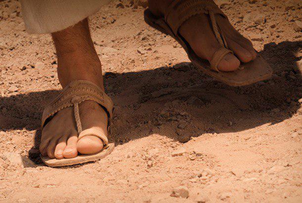 Tira as sandálias dos pés